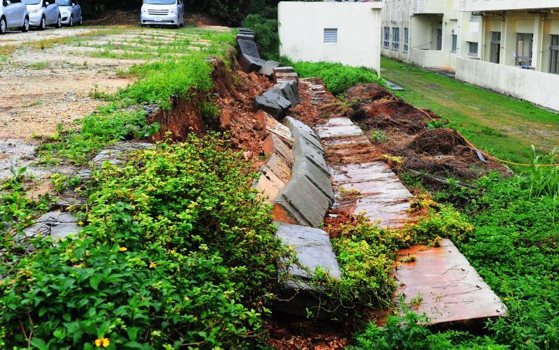 豪雨の影響か 沖縄・久米島で学校内に塀倒壊 けが人なし