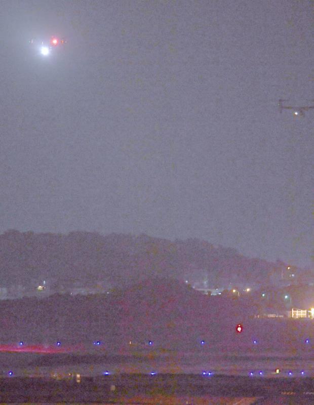 飛行再開を強行し、米軍普天間飛行場に着陸する2機のオスプレイ=8日午後10時44分、宜野湾市(喜屋武綾菜撮影)