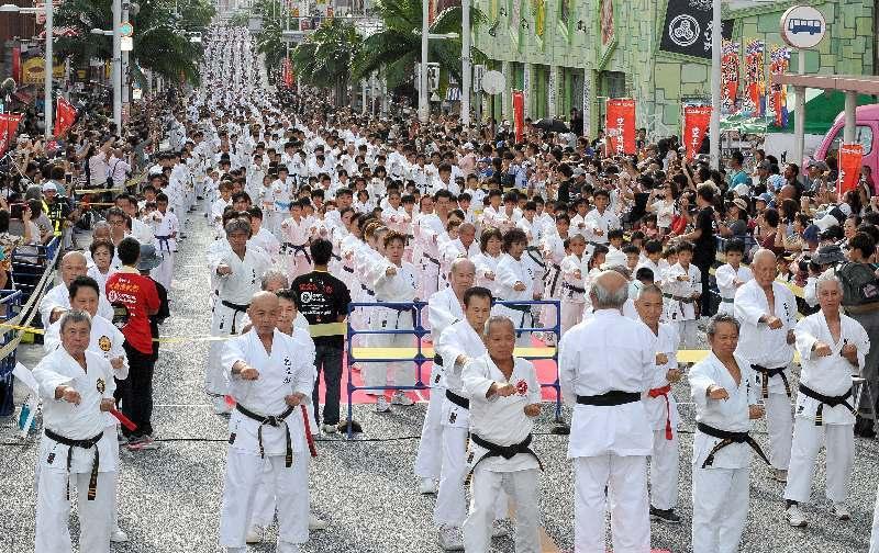 (資料写真)国際通りで開催された「空手の日記念演武祭」=2016年10月23日