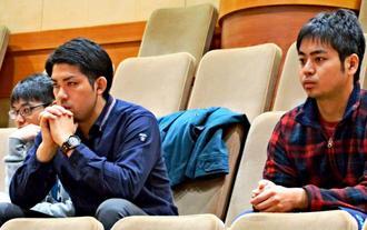 県議会で条例案可決の様子を見詰める元山仁士郎さん(中央)=29日午後5時すぎ、県議会