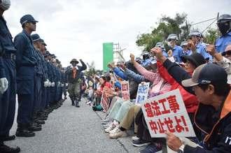 ゲート前に座り込んで「工事はやめろ」と抗議の声を上げる市民たち=22日午前11時57分、名護市辺野古の米軍キャンプ・シュワブのゲート前