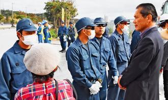 安和桟橋を訪れた仙波敏郎さん(右)。向き合う機動隊員の胸には階級章がない=12日午後、名護市安和
