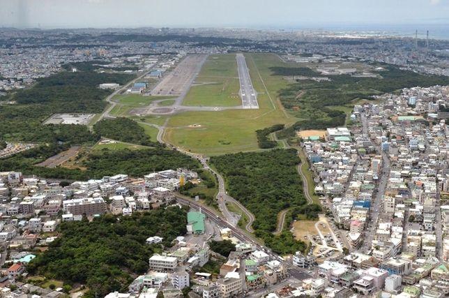 学校上空の飛行回避、米軍に徹底を 沖縄知事・宜野湾市長の抗議に菅官房長官が言及