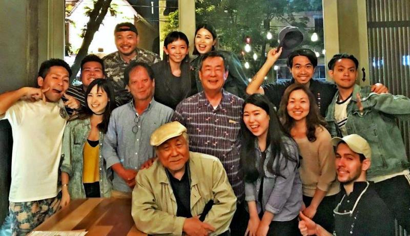 規亮さん(中段左から3人目)新本博司さん(同4人目)を囲んで盛り上がった夕食会=カナダ・トロントの居酒屋ぐうう