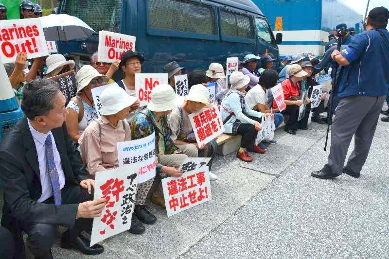 米軍キャンプ・シュワブゲート前で座り込む新基地建設に反対する市民と元首相の鳩山友紀夫さん(左)=29日正午ごろ、名護市辺野古