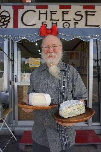 県産素材のオリジナルチーズを製造・販売する「ザ・チーズ・ガイ」のデイビス代表=17日、南城市大里のチーズ・ショップ