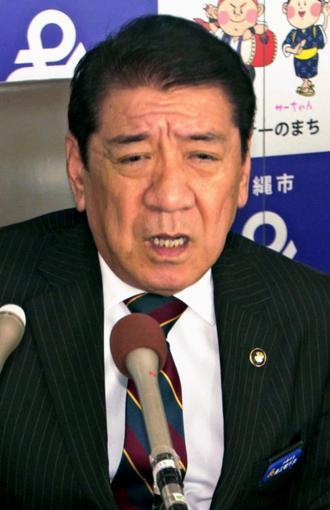 県民投票への不参加を表明する沖縄市の桑江朝千夫市長=7日午後、沖縄市役所