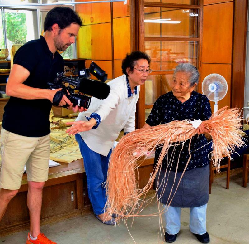 97歳で現役! 沖縄の「芭蕉布」人間国宝、フランスのTV局注目