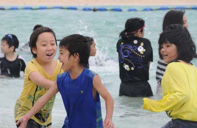 早くも夏到来? 澄み切った青い海に、めんそーれ 沖縄・南城市あざまサンサンビーチが海開き