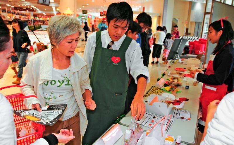 ハーブチキンにスイーツに化粧水 沖縄・南城市の中高生が開発・販売を体験
