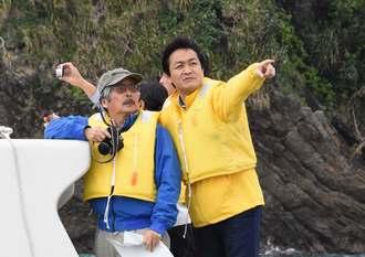 辺野古新基地建設を海上から視察する国民民主党の玉木雄一郎代表(右)=21日、名護市辺野古沖