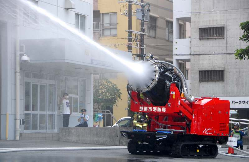 大型ファンを備え、噴霧システムを搭載するハイパーミストブロアー車=2日、那覇市消防局