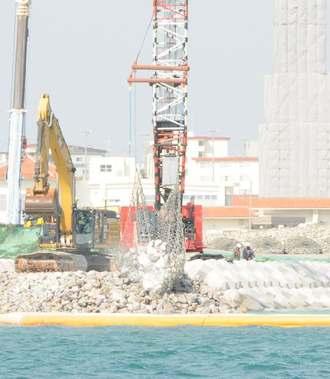 名護市辺野古の新基地建設で、「K8」護岸の工事着手後、初めて砕石投入が確認された=7日