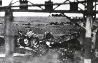 1968年11月19日未明、米空軍嘉手納飛行場滑走路の北側で、離陸直後のB52戦略爆撃機墜落し大破した現場