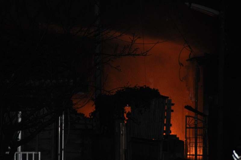 民家火災で1人死亡 那覇市 瓦ぶき平屋2棟が全焼