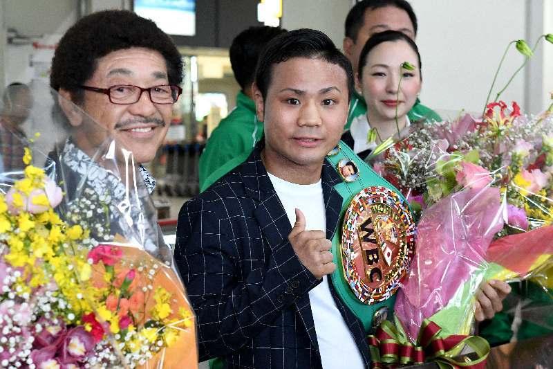 世界王者で沖縄凱旋「夢だった」 比嘉大吾選手、那覇空港に到着