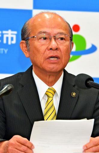 県民投票の実施について記者の質問に答える島袋俊夫うるま市長=14日、うるま市役所