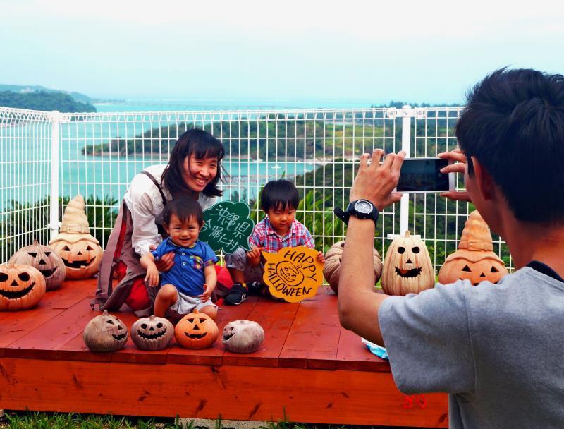 島をバックに、沖縄の新たな撮影スポット 今帰仁「橋の駅」