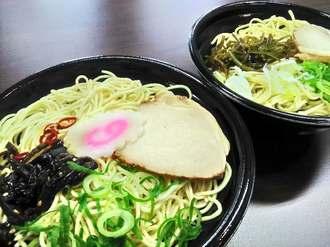 沖縄ファミリーマートが発売する「通堂監修らぁめん」の「おとこ味」(左)と「おんな味」