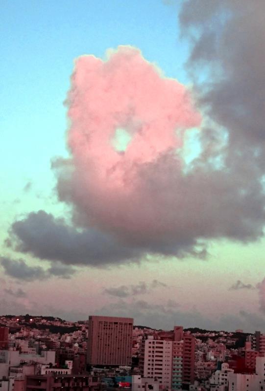 那覇の空に、ぽっかりドーナツ雲