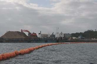 大浦湾側の「K9」護岸では陸揚げされた土砂がダンプカーで次々に運ばれた=1日、名護市辺野古