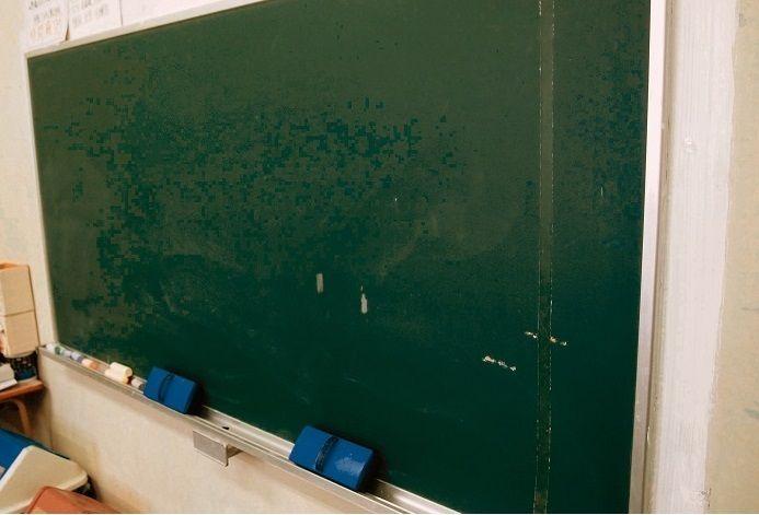 教え子の女生徒にキス 沖縄の中学教諭免職「好意持っていた」