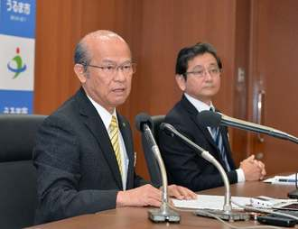 県民投票の実施について記者の質問に答える島袋俊夫うるま市長(左)=14日午前、うるま市役所