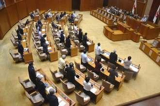 辺野古の土砂投入の即時中止を求める意見書を賛成多数で可決する県議会本会議=20日、県議会