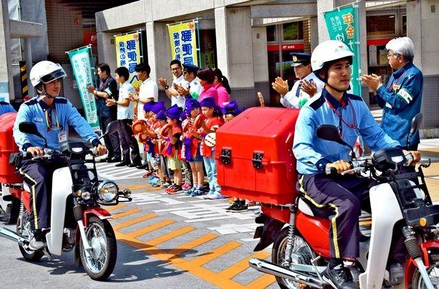 届けるのは郵便物と「子どもの安心」 ポストマンが市内外を巡回 沖縄県で警察署と郵便局が強力
