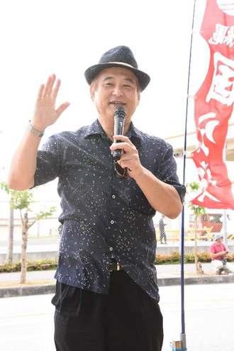 あいさつするオール沖縄会議の高良鉄美共同代表=1日、名護市辺野古の米軍キャンプ・シュワブゲート前