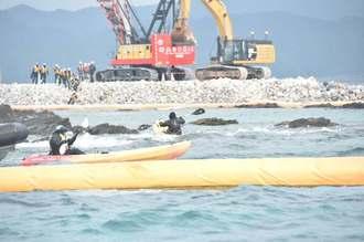 名護市の辺野古崎で「N4」護岸の整備が進む中、カヌーチームが海上で抗議を続けた=15日午前10時38分ごろ