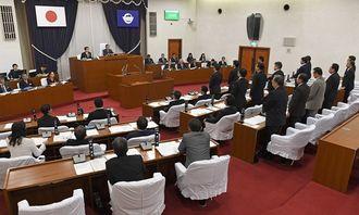 県民投票に反対する意見書を、賛成多数で可決する宜野湾市議会=4日午前