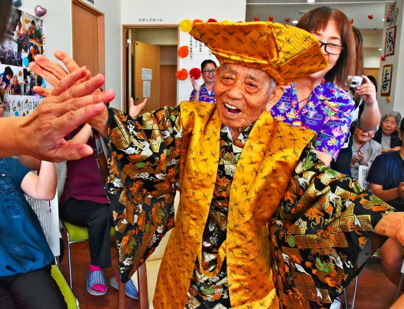 踊る110歳、誕生日に「ハッハッハッ」 沖縄の男性最高齢、4つの時代生きる