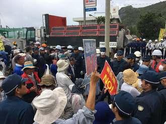 琉球セメントの敷地内に続々と入っていく工事関係車両=3日、名護市安和の琉球セメント桟橋前入り口
