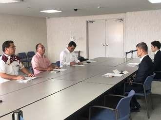 FA18墜落に抗議する公明党県本の上原章幹事長(左から2人目)ら=14日、外務省沖縄事務所