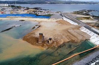 <土砂投入から1週間>埋め立て区域への土砂投入が続く名護市辺野古の沿岸部=12月20日午前