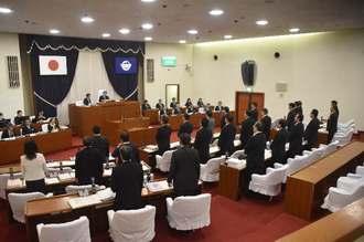 全会一致で抗議決議案を可決する宜野湾市議会=26日、宜野湾市議会