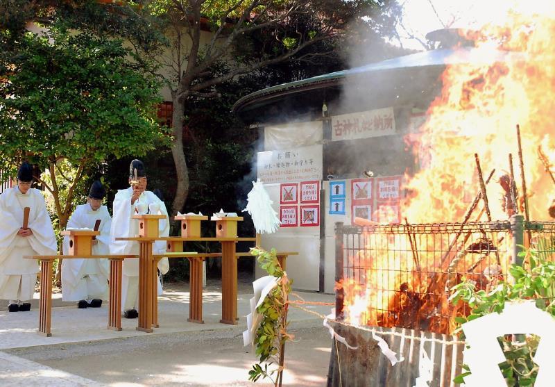 健康祈って「どんど焼き」 那覇市・波上宮で、小正月の恒例神事