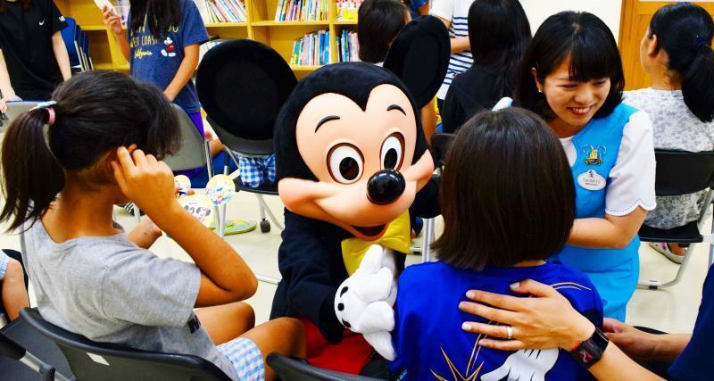 ミッキーが来た! 沖縄市の児童養護施設、友情のハグ