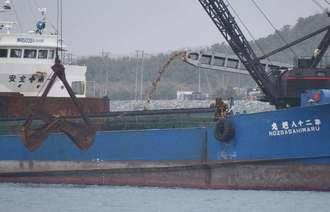 作業船への土砂の積み込みが再開した琉球セメントの安和桟橋=5日午後3時5分