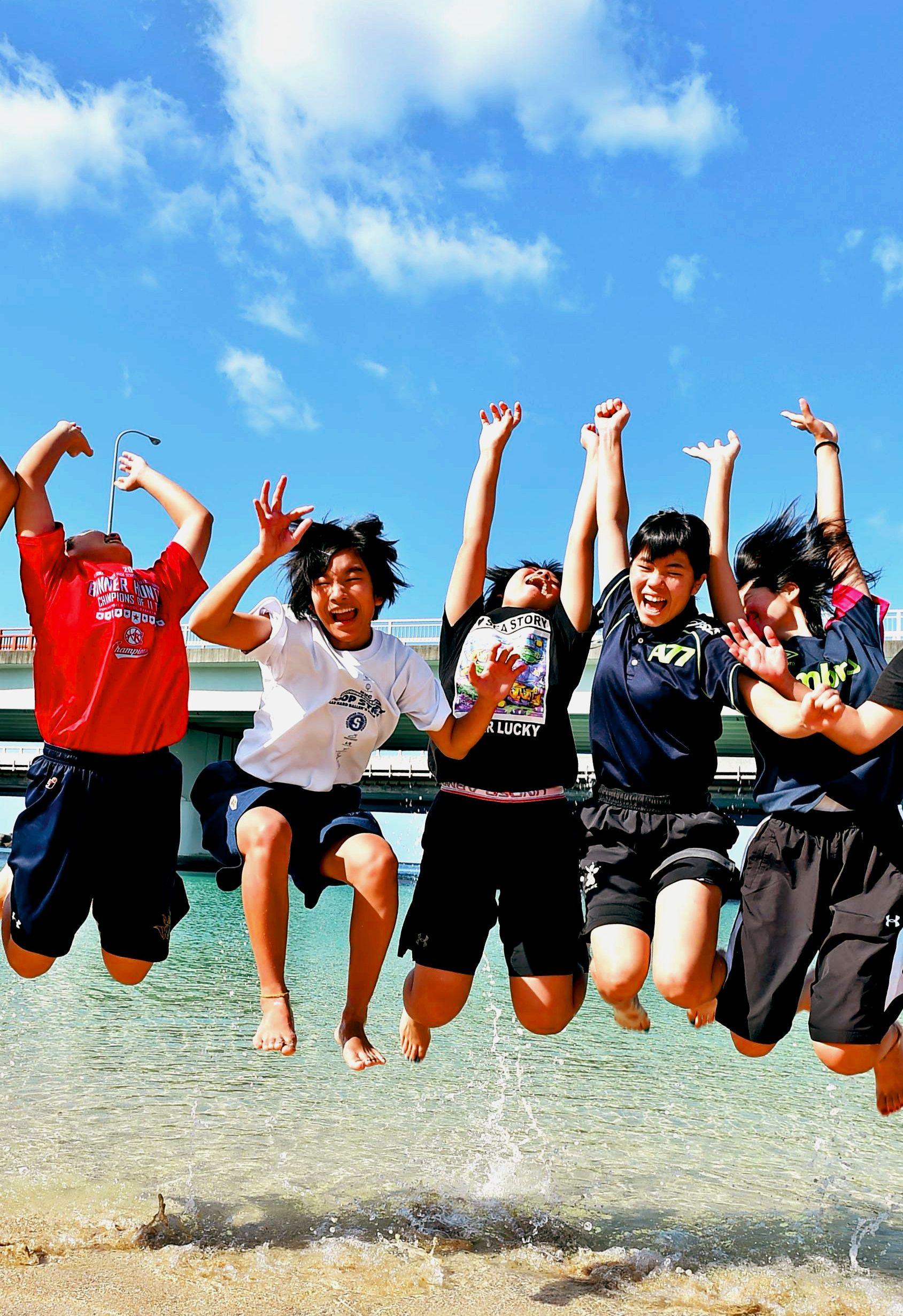 初詣は半袖、海で水遊び 沖縄「夏日」の正月に観光客「まるで外国」
