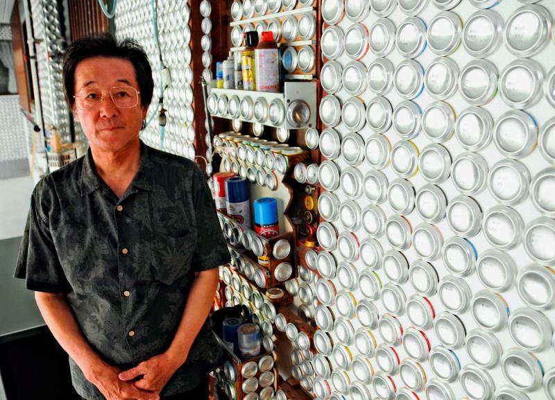 沖縄に現れた「銀世界」 壁面に空き缶、飲んで貼って1万2千個