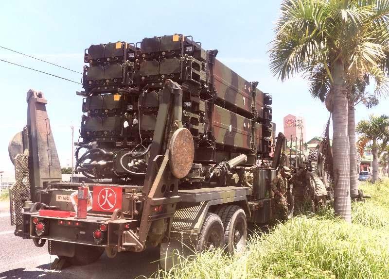 ブレーキ系統の不具合のため国道58号で停止した米軍車両。実弾を装着したPAC3を搭載していた=8日午前11時30分ごろ、嘉手納町水釜