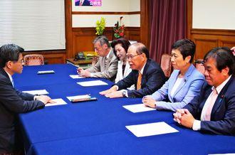 石井国交相(左端)に、県の意見書をすべて読んで決定したか問いただす照屋衆院議員(右から3人目)=7日、国会