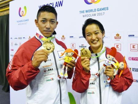 空手の形で金メダルを獲得した喜友名諒(左)と清水希容=ウロツワフ(共同)