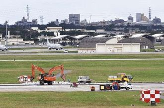 閉鎖され、工事が始まった嘉手納基地の北側滑走路=8日午後、嘉手納基地(読者提供)